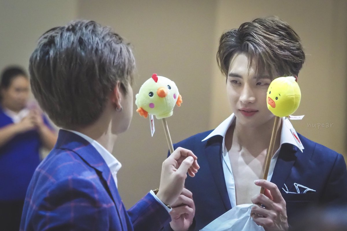 I don&#39;t know whom the song is sung of. All I know is who is it sung by. Cr: nupear #2WishPinkmarket #CenterpointSiamSquare<br>http://pic.twitter.com/8DxD1M8bO5