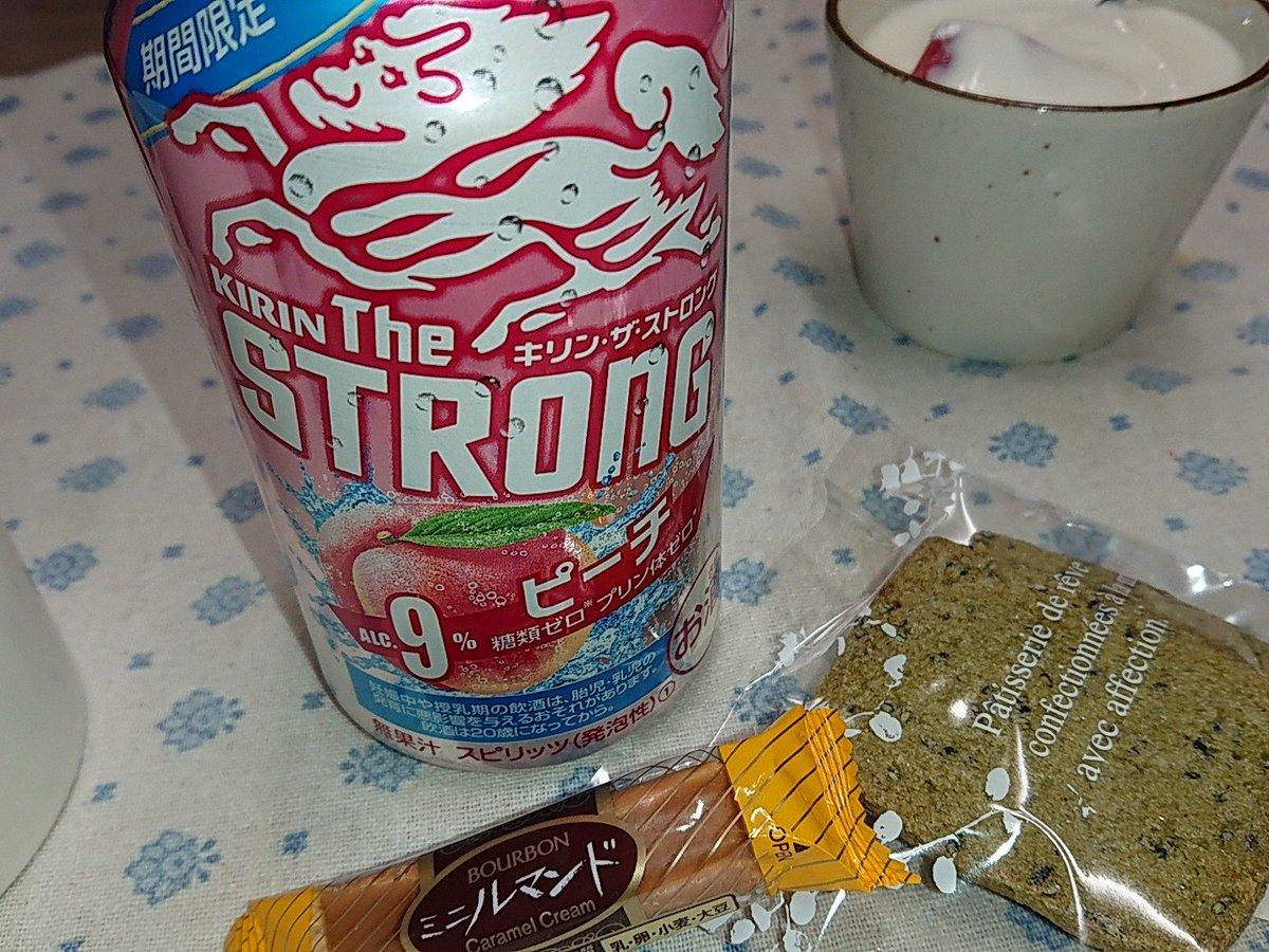 ピンク缶の可愛いストロングやな〜。そんでもってピーチ旨〜い♪♪そんでもって そんでもってゴマッ茶のクッキー旨〜い♪♪ #Parfum #回進堂