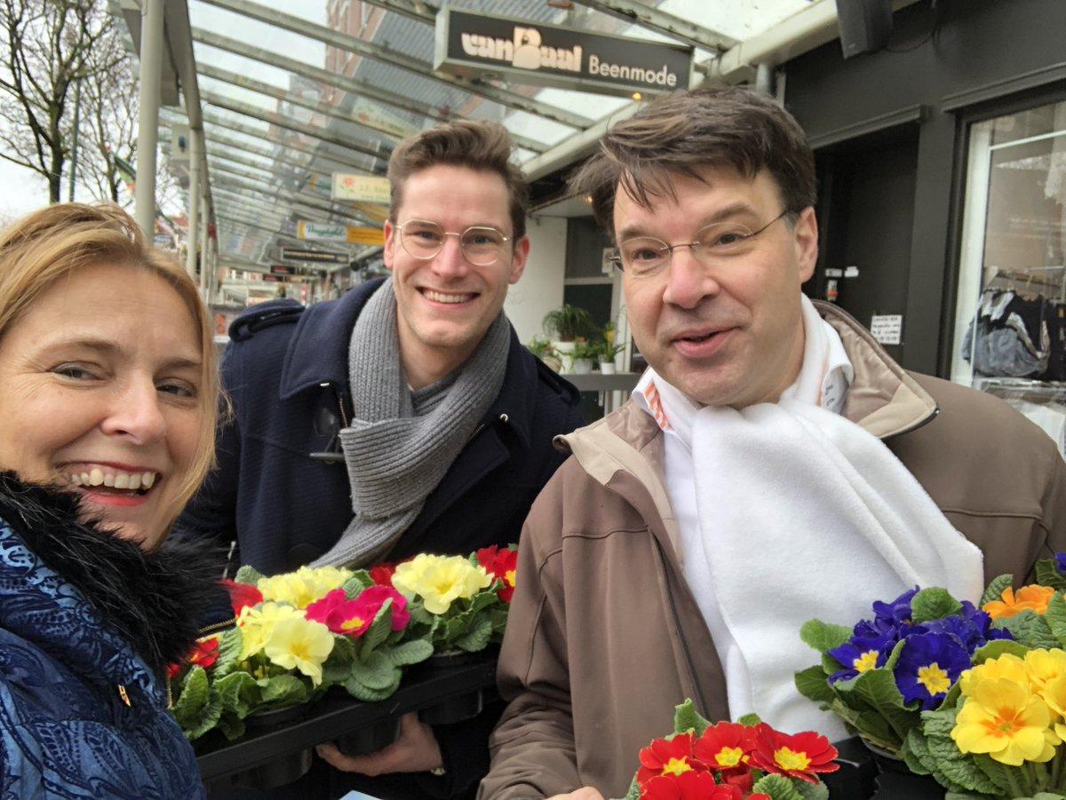Mooie ochtend in Lusthofstraat @kc_rdam gezellige straatactie en Doeners deden mee met vrolijke bloemetjes uitdelen. @VVDRotterdam oa @RoaldLinde
