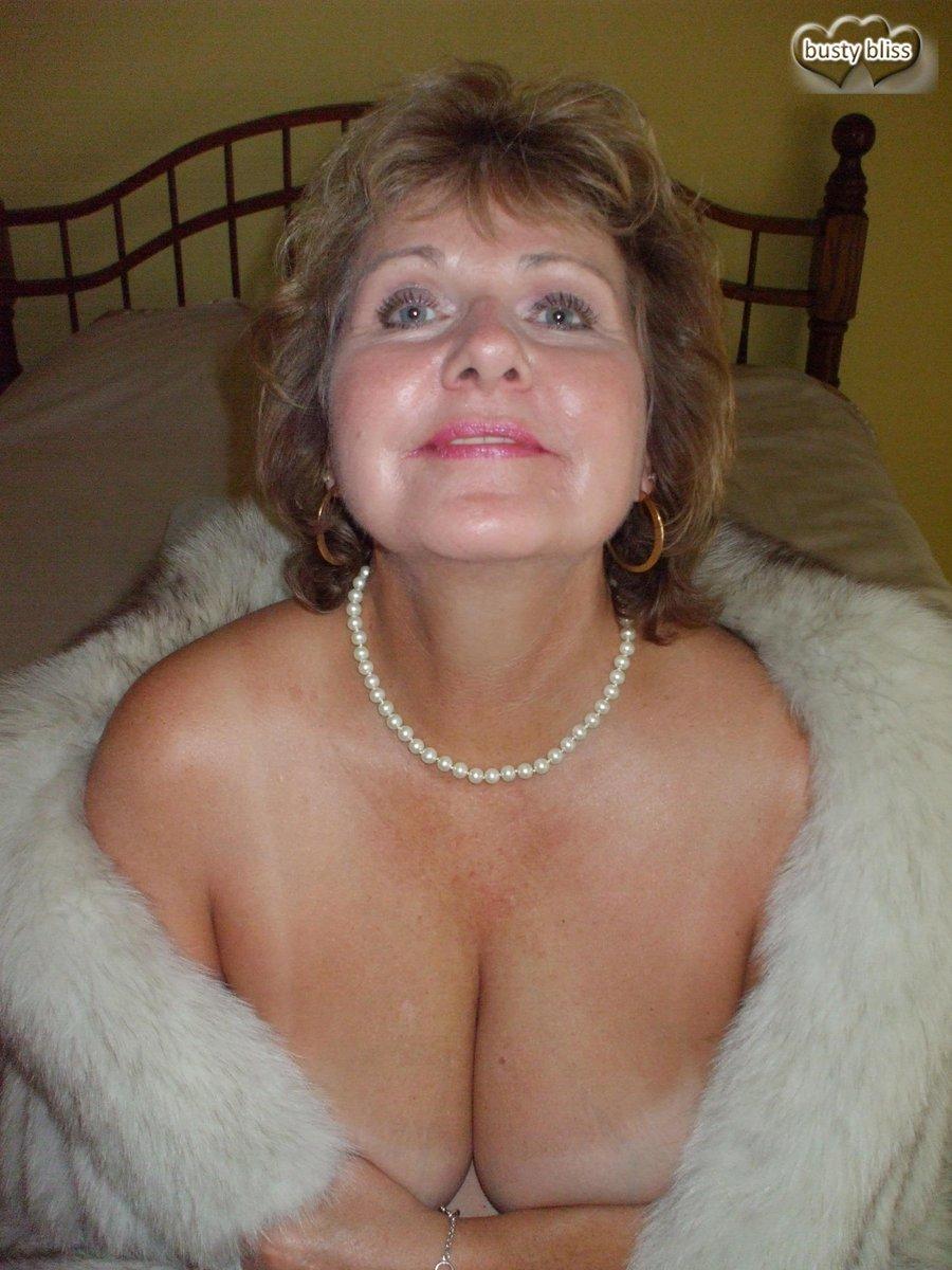 Heating up https://www.southern-charms4.com/bustybliss/fotos674.htm …  @TheHardDepot @stu007gots @Santiag32092992 @CharmsandGents @mature_n_boobs  ...