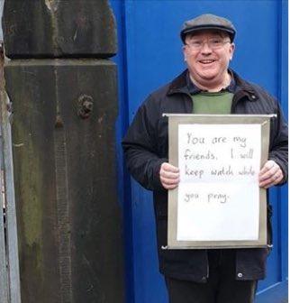 Cet homme en Angleterre devant une mosquée : «vous êtes mes amis, je veillerai sur vous quand vous serez entrain de prier.» 🙌❤️🤝