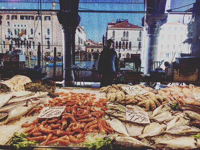 Rial life canvas #rialtomarket #fishmarket #fishmonger #venicelifestyle #shopintown #freshfishdaily #mercati #veniceisnotdisneyland #venezianonedisneyland #venicewalk #venicefoodtour #bacaritour #streatyvenice #streatytours https://ift.tt/2Jhszc0pic.twitter.com/MG3SKgO4o3