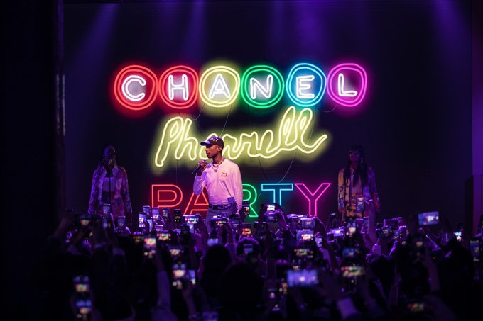 RT CHANEL: For the launch of the #CHANELPharrell collection, House ambassador Pharrell Williams visited the new CHANEL flagship boutique in Seoul. Friends of the House discovered his designs in a private concert. #CHANELinSeoul See the collection on …