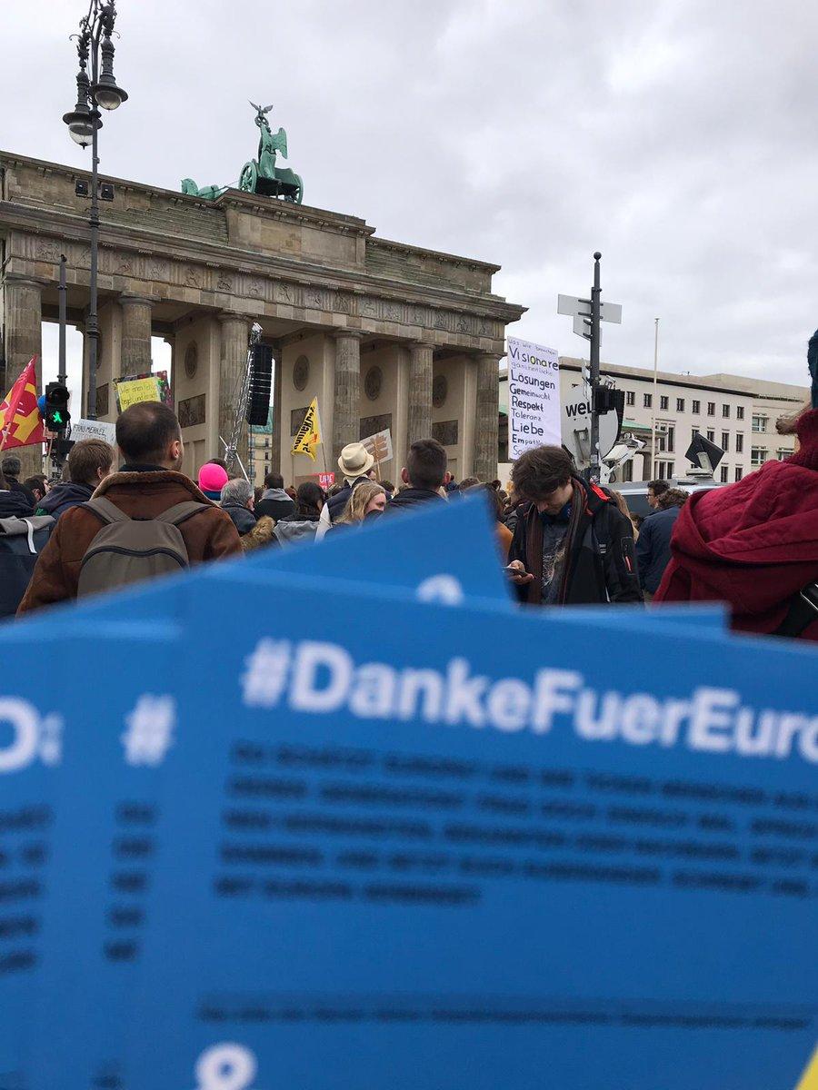 Generationsübergreifender Protest bei #FridaysForFuture: @OMASGEGENRECHTS Hand in Hand mit @FFF_Berlin für gemeinsame #Zukunft. Auch Austausch bei #DankeFuerEuropa ist unweigerlich verbunden mit Debatte über #Klimaschutz. #Klimawandel kennt keine (Alters-)Grenzen