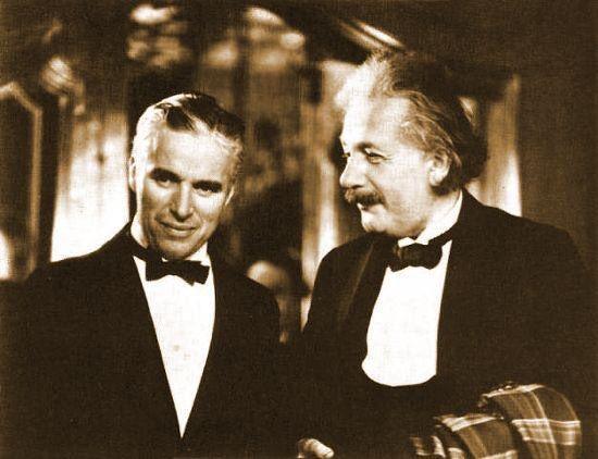عندما قابل ألبرت آينشتاين شارلي شابلن ، قال آينشتاين : أكثر شي أحبة في فنك أنه فن عالمي يمكن لكل العالم أن يفهمك دون أن تقول كلمة ! رد شابلن : هذا صحيح ، لكن شهرتك أعظم ، فكل العالم يحبك رغم أنه لا أحد يفهمك .!