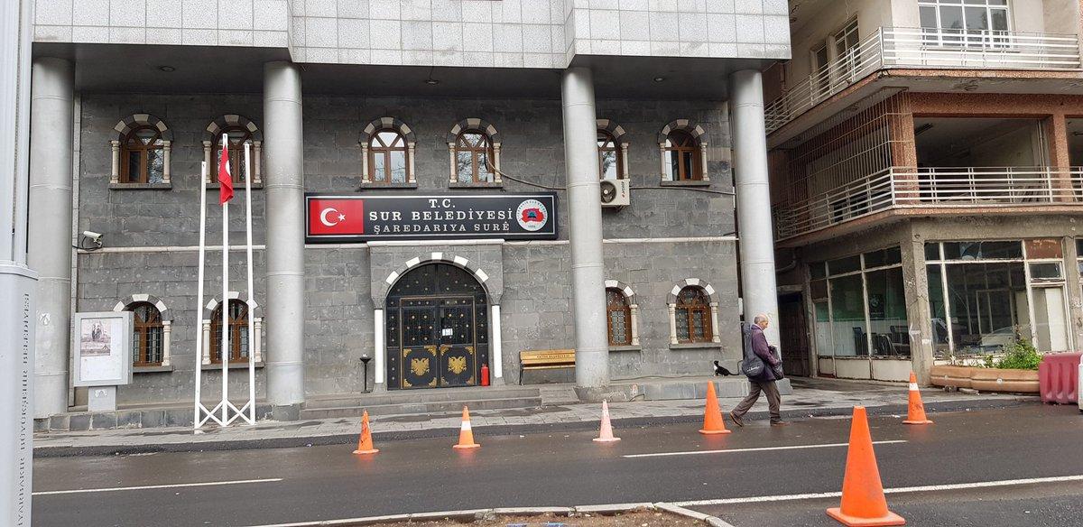 Diyarbakırda, kayyum atanan belediyelerin önünde, iki yıldır süren güvenlik önlemleri, dün itibariyle kaldırıldı....