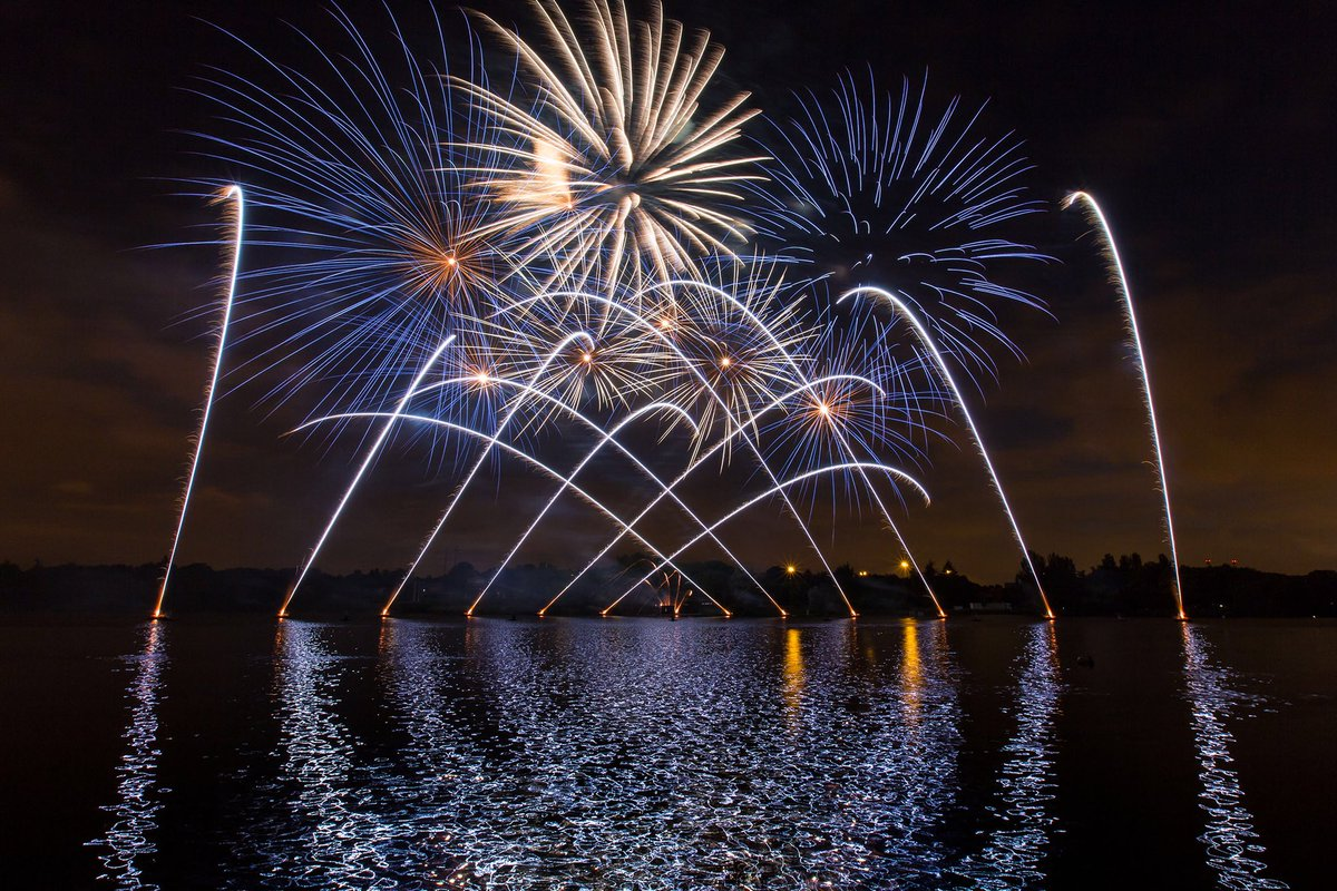 Tomorrow night we are hosting the @The_W_E_A 60th anniversary celebration.   A Naval charity they offer support and advice to serving and ex-members of the @RoyalNavy   Oh, and they are bringing fireworks! 💥  QE with #fireworks overhead pictures 😍 Sweet Dreams!