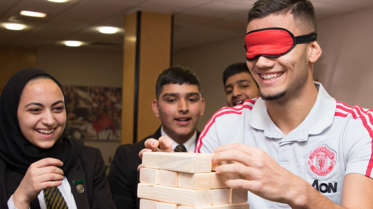 🎥 Watch as @andrinhopereira, @DalotDiogo and @anto_v25 put their teamwork skills to the test with pupils from @EssaAcademy.