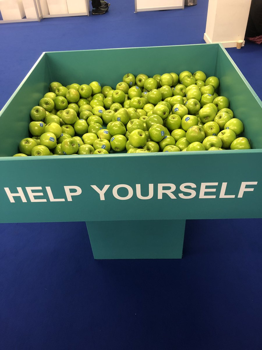 "Complimentary apples at a critical care conference full of ""doctors"" is not lost on me. #ISICEM19<br>http://pic.twitter.com/Yv2BogshuC"