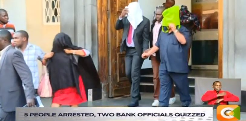 Heist of billions at Barclays: 20M fake dollars seized at Queensway branch. 5 people arrested, two bank officials quizzed. Detectives probe whether 2 CSs were involved. Billions recovered from a safety deposit box   #NewsNight  @HusseinMohamedg