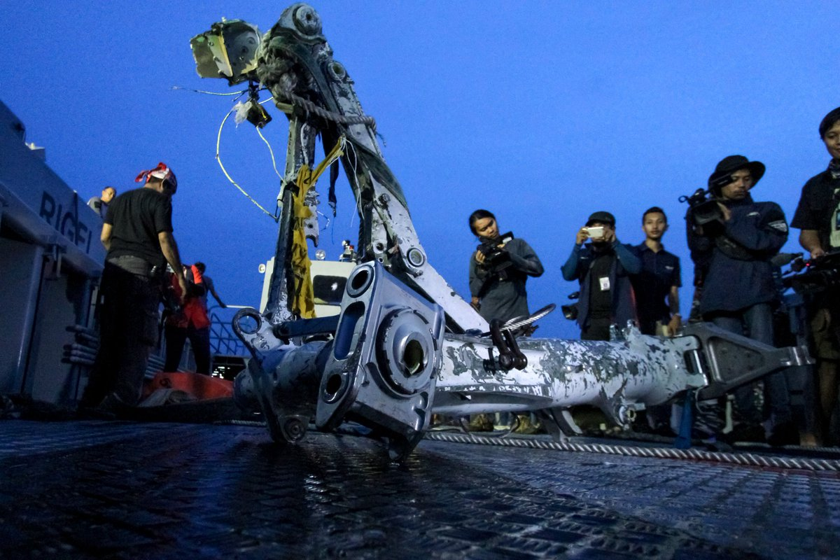 BREAKING: An off-duty pilot who happened to be riding in the cockpit saved a diving Boeing 737 Max 8. The next day, the same Lion Air jet crashed into the Java Sea, killing all 189 aboard https://bloom.bg/2TjIKVY