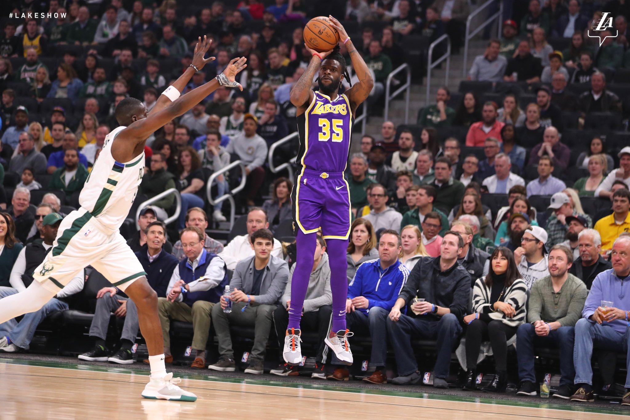 Reggie Bullock lanza a canasta en el partido frente a los Bucks (Foto: Lakers).