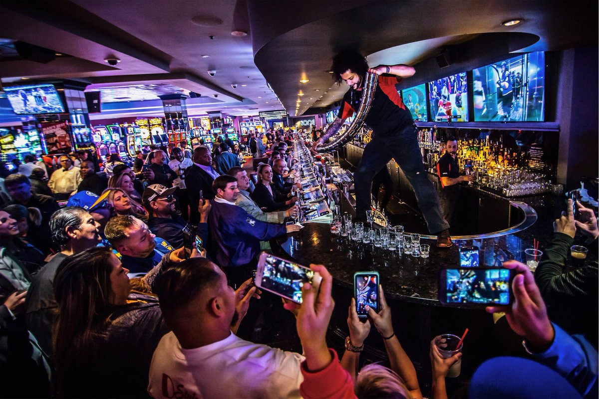 When the Golden Knights are playing, the #LONGBAR at @theDlasvegas is rocking 😎