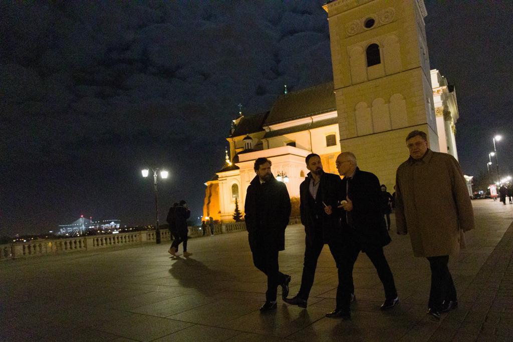 En Polonia, nación admirable en la defensa de su libertad y su identidad nacional. Una nación que ha sobrevivido a los totalitarismos nazis y comunistas y que ha prohíbido ambos, con toda razón, porque millones de polacos, judíos y católicos, fueron víctimas del totalitarismos