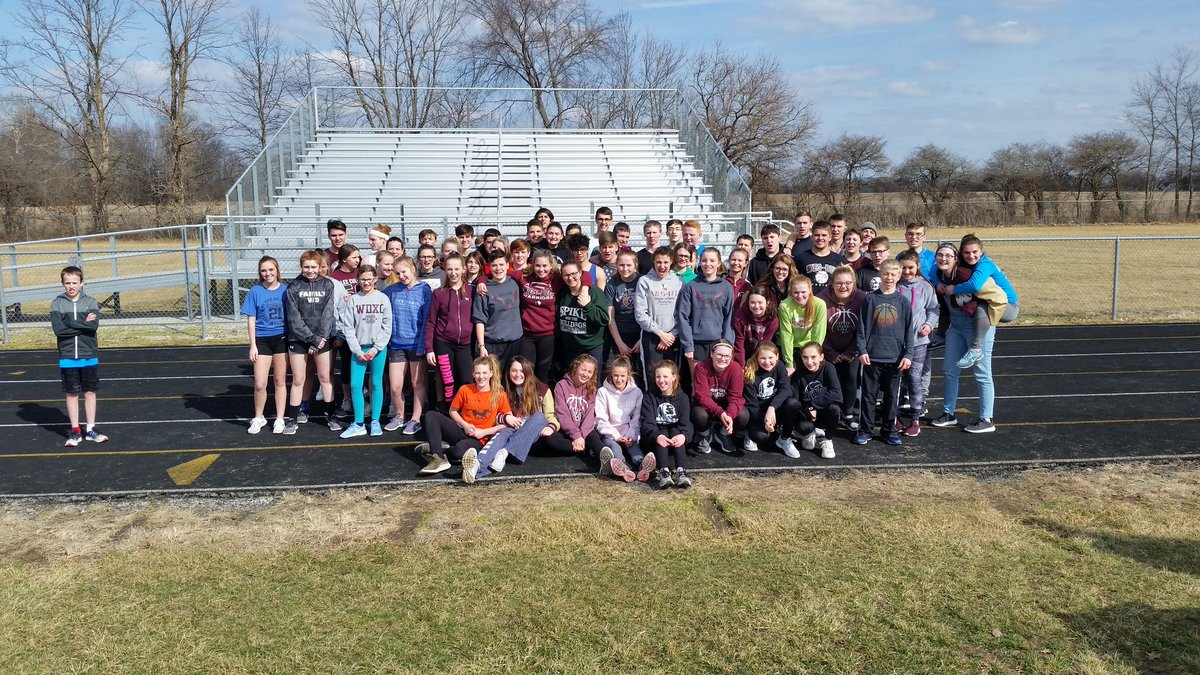 High school track team practiced with the middle school team this afternoon.  The HS athletes did an awesome job with their MS &quot;Buddies.&quot;  Great enthusiasm and examples.  #WDpride #payitforward <br>http://pic.twitter.com/mKCmcOT1Yo