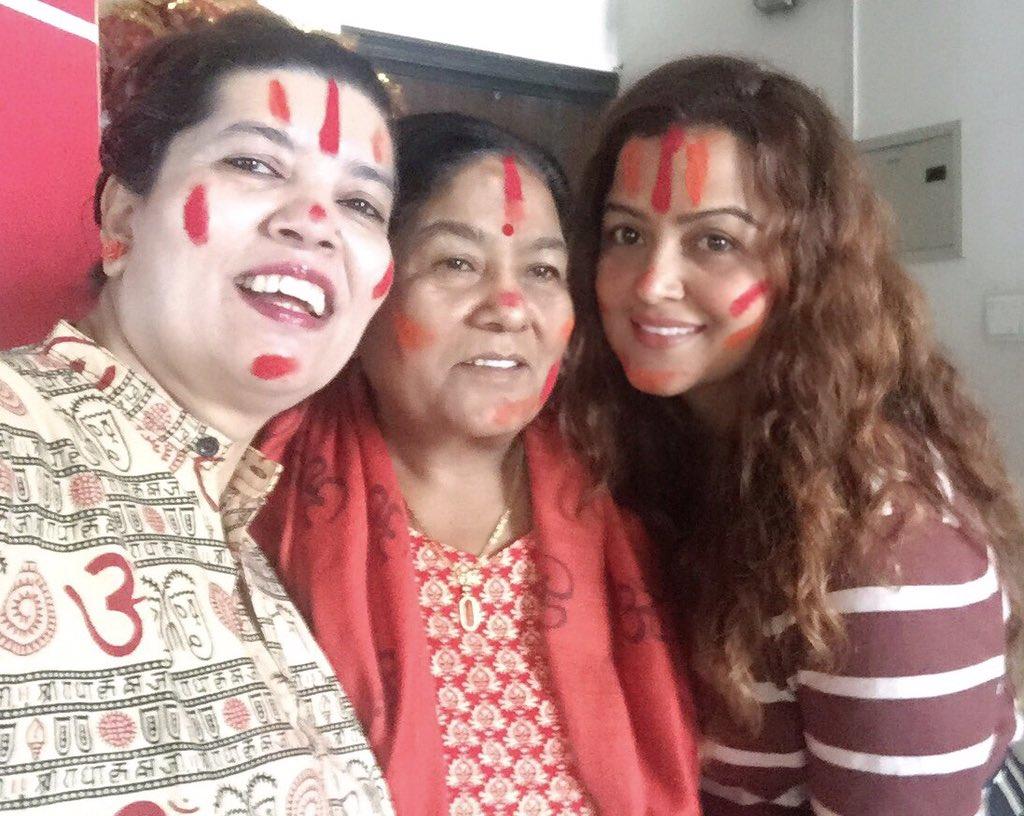 यो रंगीन पर्वले सबैको जिबनमा ख़ुशीयाली छावोस ,जिबन रंगीन बनोस ❤️happy holi ...Mumy and Amrit dijju 😘@AmritaLamsal