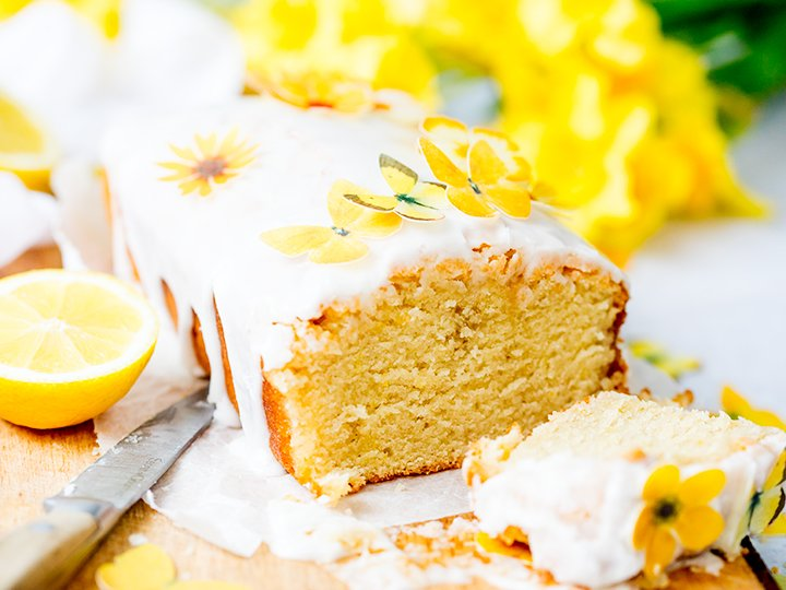 This lemon drizzle cake is so fluffy, zingy and delicious! Drizzled with lemon icing and topped sugar paper flowers it makes a fantastic Easter cake!  https://www. kitchensanctuary.com/vegan-lemon-dr izzle-cake/ &nbsp; …  #vegan #lemondrizzle #Eastercake #dairyfree <br>http://pic.twitter.com/FMh4YRTrF3