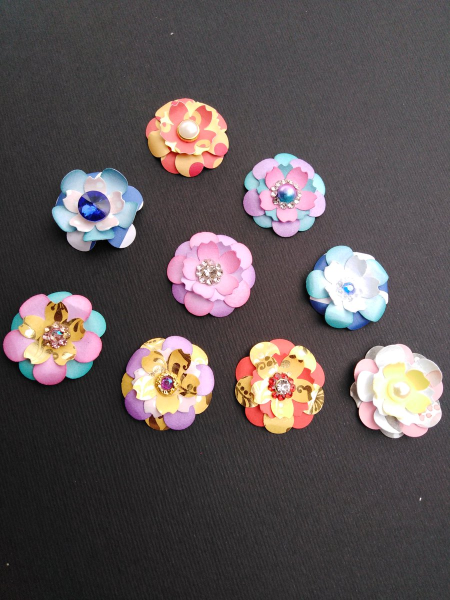 Sooo happy how these came out. #paperflowers #paper #cardmaking #greetingcards #Flowers<br>http://pic.twitter.com/Ma1oQ5Hryc