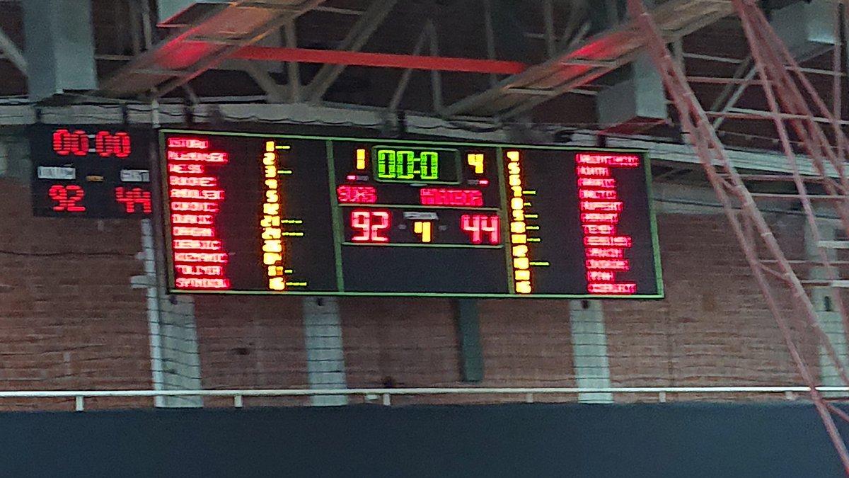 Tretje mesto v DPSŠ v košarki so osvojili košarkarji SUAŠ Ljubljana. Sledi finale med gimnazijama Bežigrad in Šentvid. #derbi