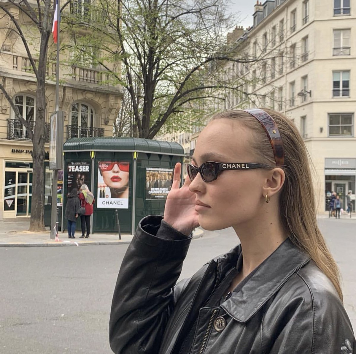 lily out in paris <br>http://pic.twitter.com/e4Nq2qVkB4