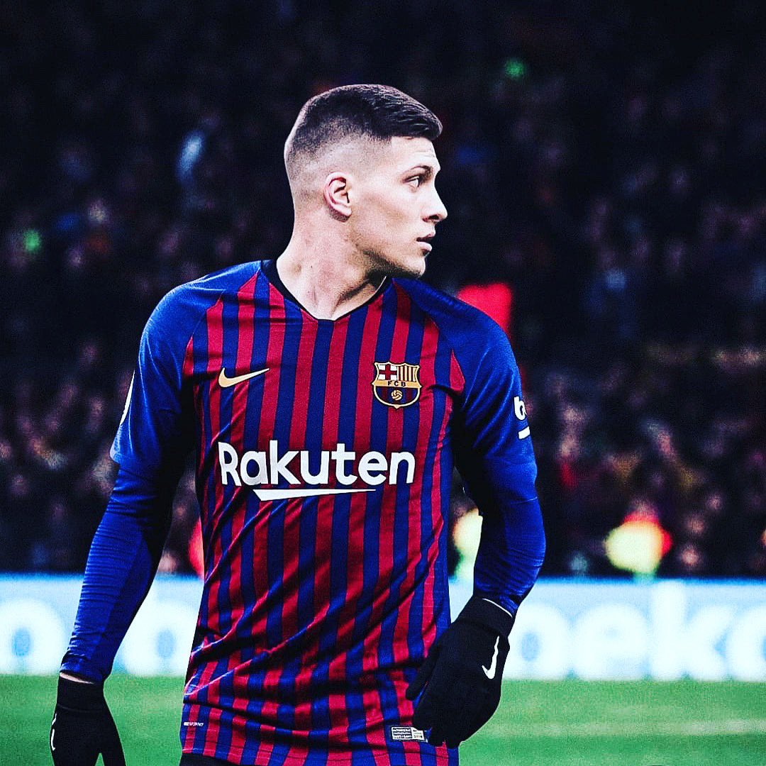 Some stats about Jovic (Barça transfer target):  • Approximately, on every 4 shots, he scores a goal. • 5 of his goals have come from a counterattack. • His peak speed reaches 33 km/hr. • He covers about 10km every match. • He has won 25/56 one-on-one duels.