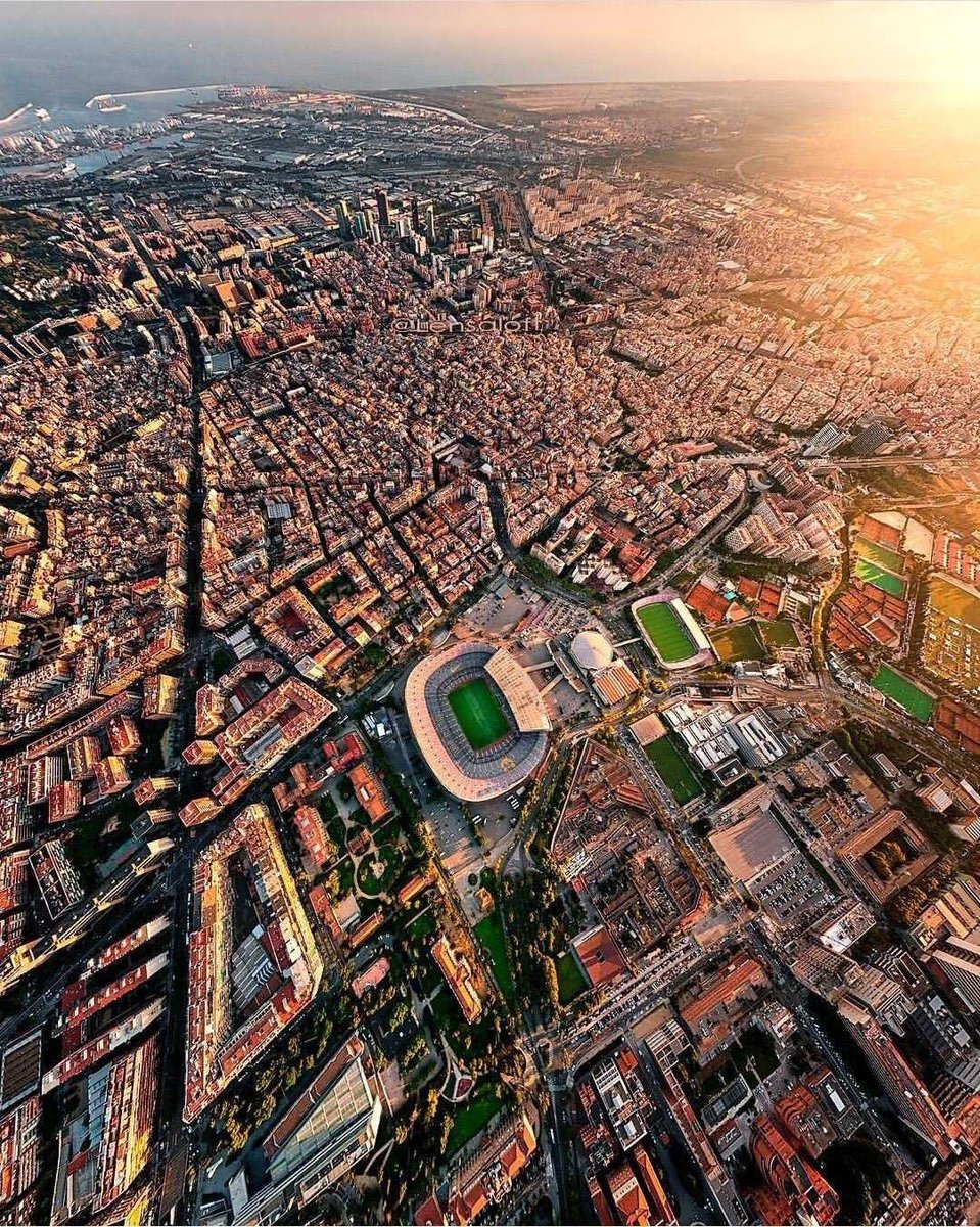 صورة من الاعلى لمدينة برشلونة الفاتنة والكامب نو القلب النابض لها ..