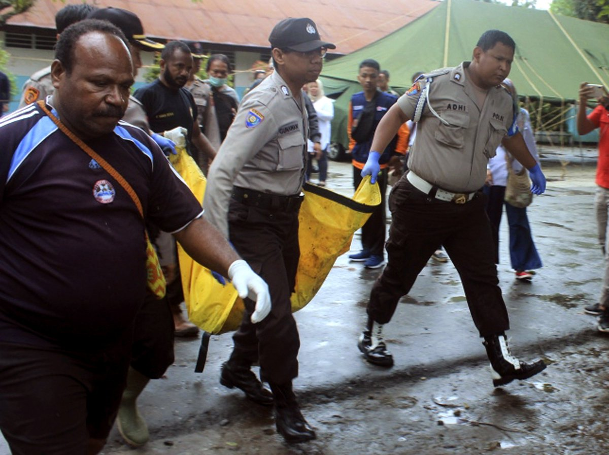 Indonesia will hold a mass burial for at least 104 people who died after flash floods and mudslides hit Papua. Authorities say the disaster was likely a result of deforestation.  10,000 people are displaced, with 160 people injured and 79 missing. <br>http://pic.twitter.com/zJX7DmkC3D