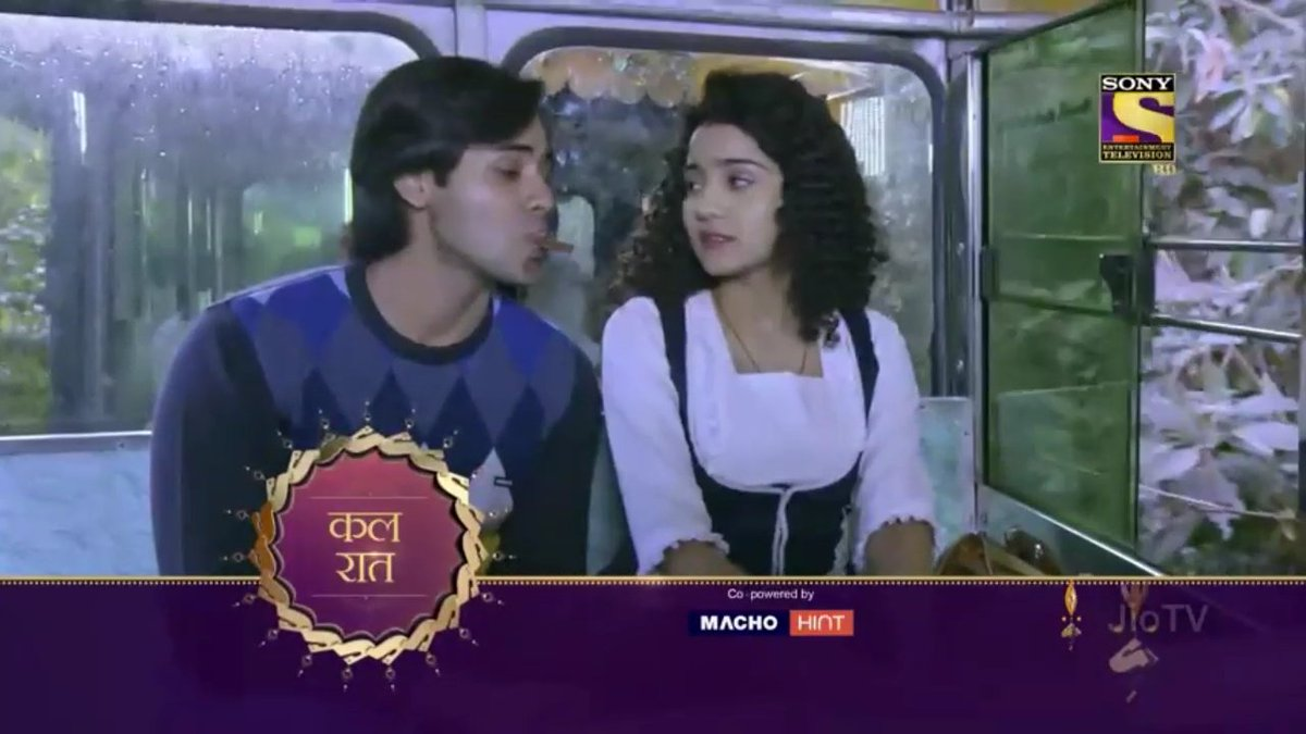she ate the chocolate. didn&#39;t she?   naina&#39;s blush and sameer&#39;s smile is enough to tell you that.  #YehUnDinonKiBaatHai   #YUDKBH <br>http://pic.twitter.com/POjVsc5WSZ
