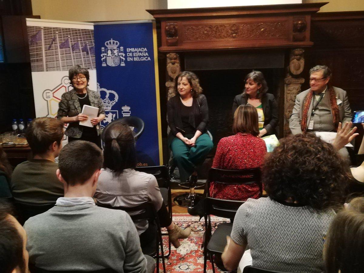 .@anamirandapaz participa nestes momento nun debate sobre #feminismo moderado por @grispastor