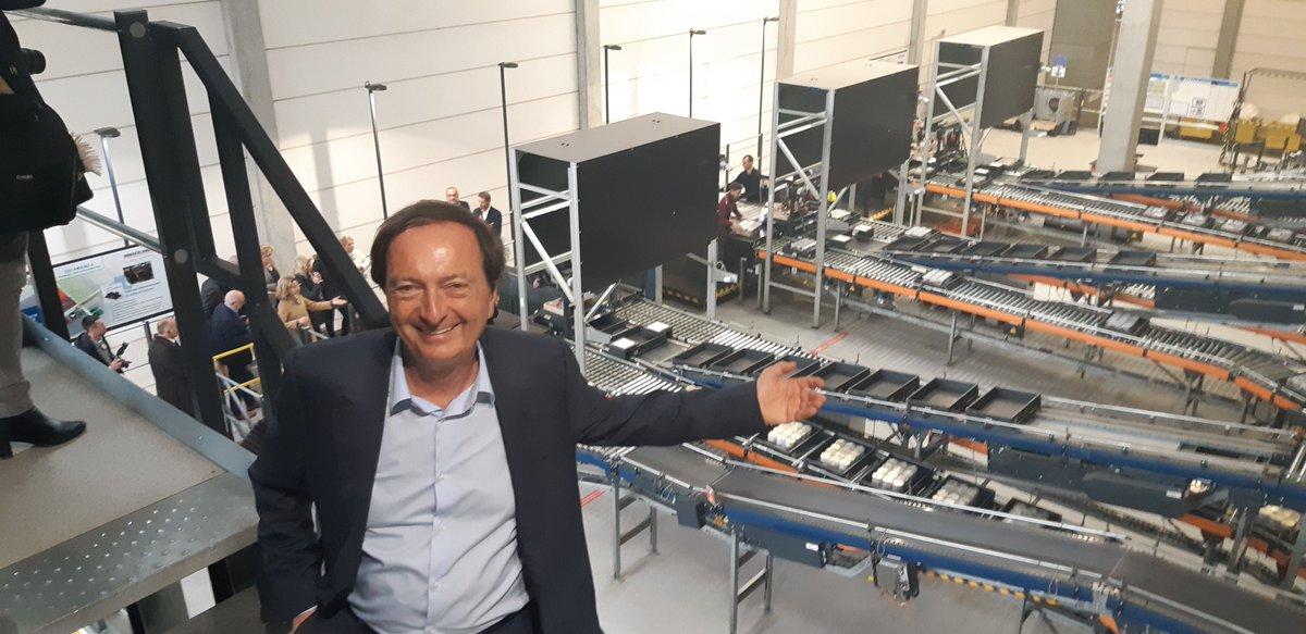 La nouvelle tour de stockage de 42 mètres de haut et l'unité de préparation automatisée de la Socamaine ont été inaugurées par Michel-Edouard Leclerc il y a quelques heures. Reportage ici https://www.lsa-conso.fr/e-leclerc-inaugure-son-sixieme-entrepot-automatise-en-sarthe,314191…