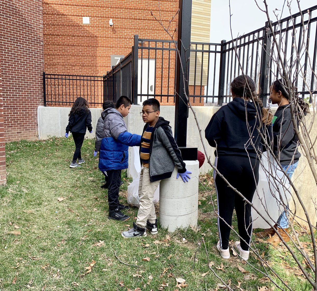 Today <a target='_blank' href='http://twitter.com/APS_ProjectYES'>@APS_ProjectYES</a> club was spotted outside picking up the trash in our school grounds w/ <a target='_blank' href='http://twitter.com/ReadingRube'>@ReadingRube</a> &amp; <a target='_blank' href='http://twitter.com/teamgorecki'>@teamgorecki</a> They were getting ready for Earth 🌎 Day &amp; celebrating the first day of spring 🌸! Please don't forget to throw out your 🗑 trash. <a target='_blank' href='http://search.twitter.com/search?q=communityservice'><a target='_blank' href='https://twitter.com/hashtag/communityservice?src=hash'>#communityservice</a></a> <a target='_blank' href='https://t.co/GBJlqwZlmB'>https://t.co/GBJlqwZlmB</a>