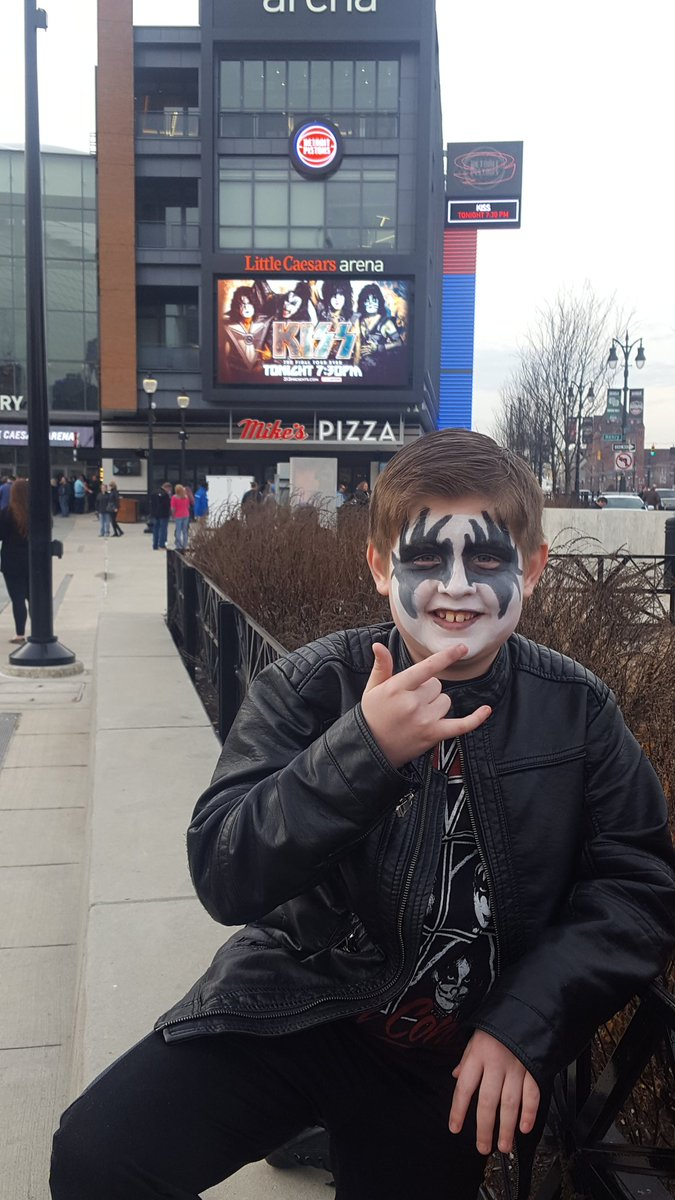 #EndOfTheRoad my 9 yr old son.  1st KISS concert and he is a huge fan <br>http://pic.twitter.com/3ekVVn1AkL