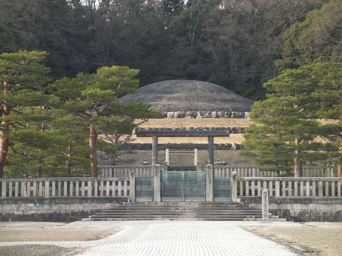 RT @ShinHori1: →これも再掲ですが、江戸時代の天皇のお墓(左・京都の泉涌寺。仏教(真言宗))と、近現代の天皇のお墓(右・明治天皇陵(国家神道))を比べて趣を味わってみましょう。 https://t.co/GVPGP9jkAB