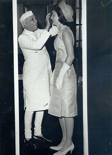 A #Holi #ThrowbackThursday pic from 1962 – PM Nehru applying color to First Lady Jacqueline Kennedy. #USIndiaDosti<br>http://pic.twitter.com/gG50GUjusU