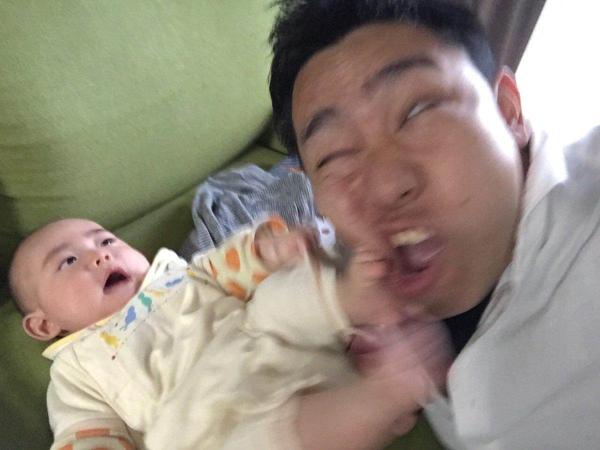 RT @ykch_: その昔、次男とツーショット撮りたいだけだったのにシャッターの瞬間漫画みたいな顔面キックがかまされた。  #どれだけのミスをしたかを競うミス日本コンテスト https://t.co/TCMPPQRdhu