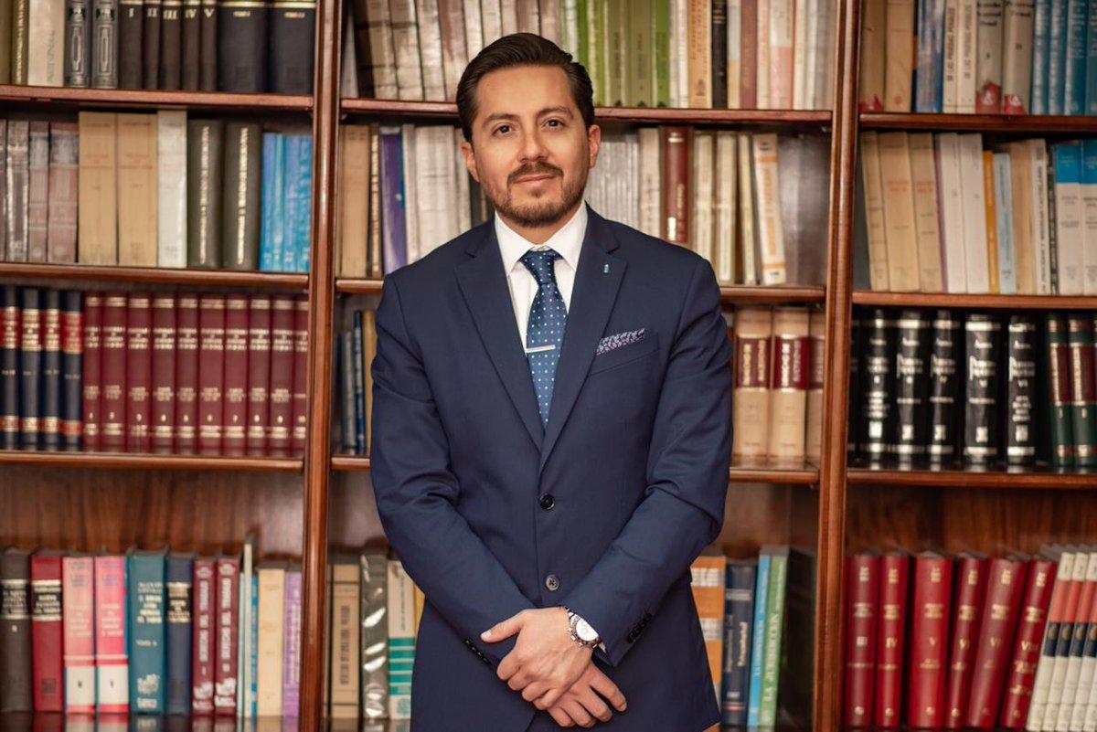 El Directorio del #DCuenca resolvió ayer aceptar la licencia por temas personales solicitada por el Abg. Alejandro Larriva, Síndico de la institución, y encargó esa función al Abg. Rafael Vázquez Aguirre (foto).