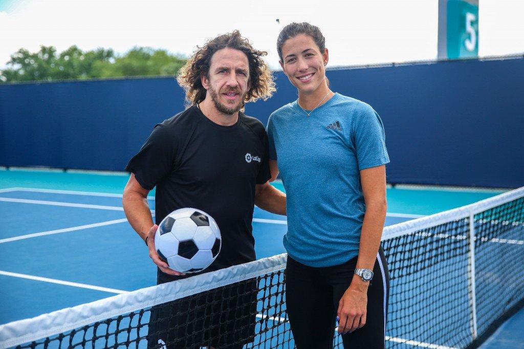 Na zaga, um mito! E nas quadras de tênis, @Carles5puyol? 🤔  O embaixador da #LaLiga bateu uma bolinha com a tenista @GarbiMuguruza antes do @MiamiOpen! 🎾⚽  #LaLigaMuguruza