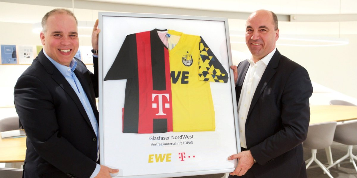 Social Media Post: #Telekom und @EWE_AG spielen sich beim #Glasfaserausbau die Bälle...