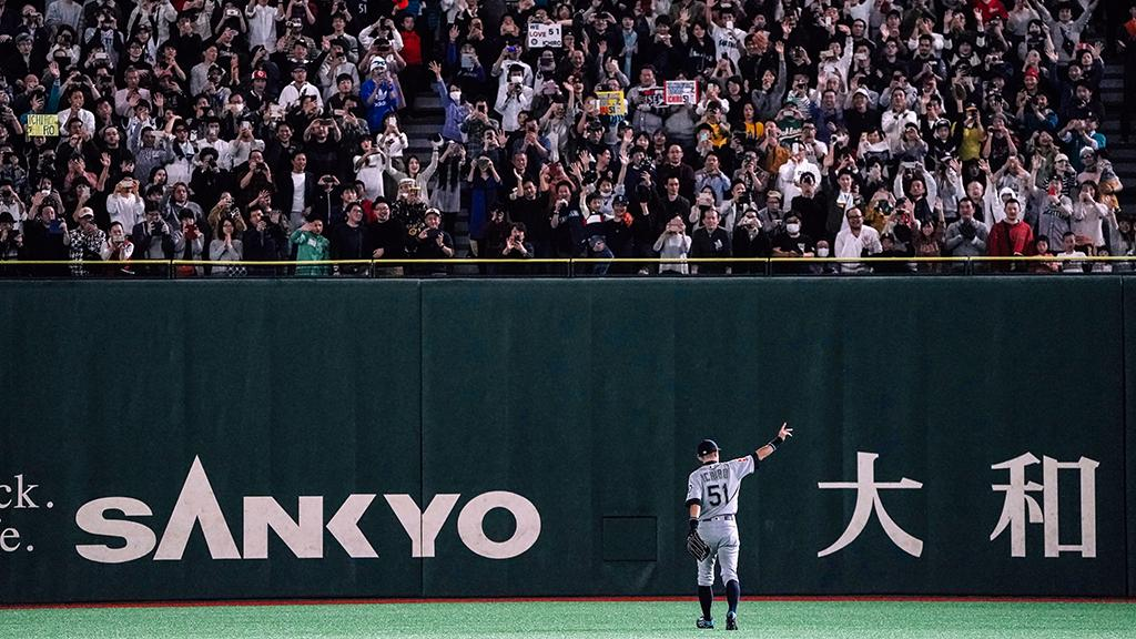 Ichiro exits in the 8th inning to a standing ovation in the Tokyo Dome.    #MLB開幕戦<br>http://pic.twitter.com/uXtp0mQkuv