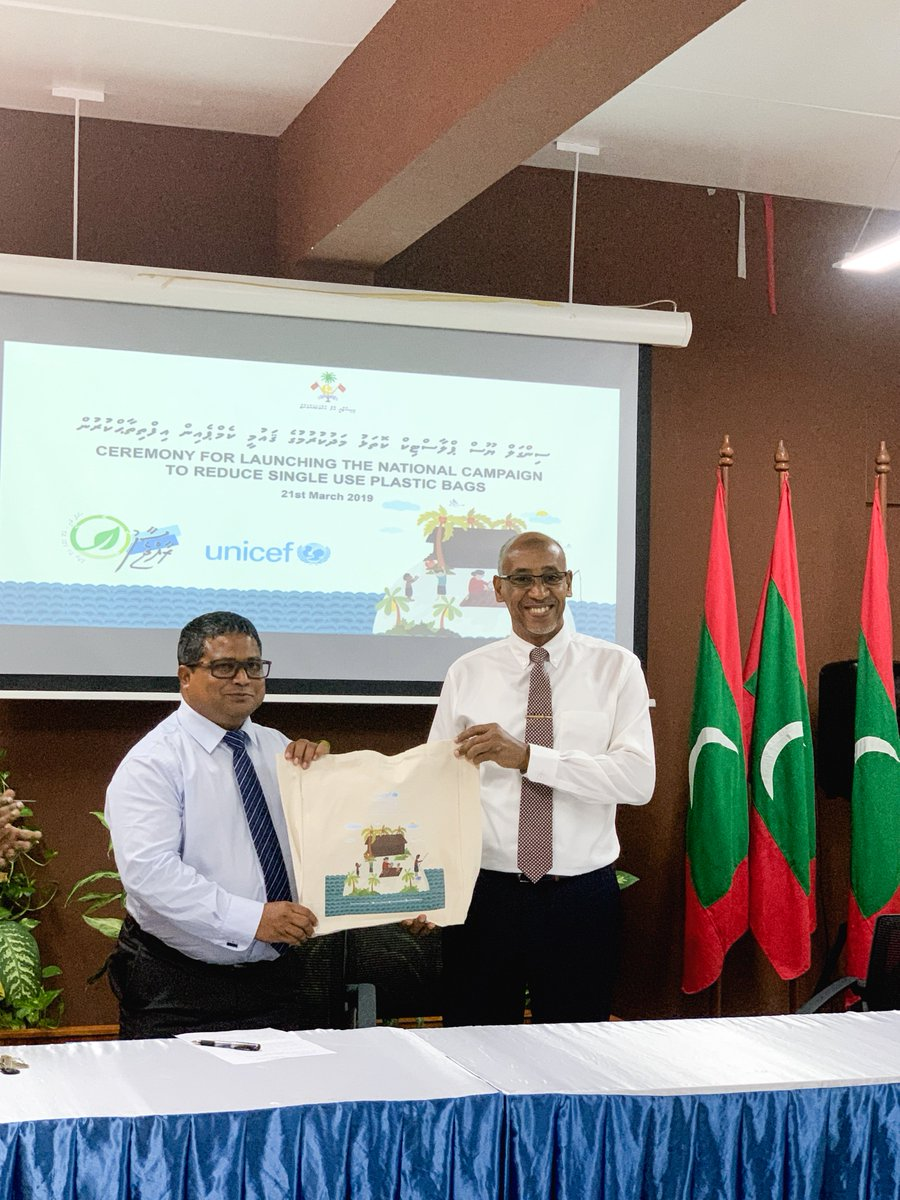 We are proud to jointly launch the national campaign to reduce single-use plastic bags w/ @EnvGovMv The clothe shopping bags produced by UNICEF will be distributed to all 900 households of F. Nilandhoo, Dh. Rinbudhoo, V. Fulidhoo & Ga. Gemanafushi. (1/2)
