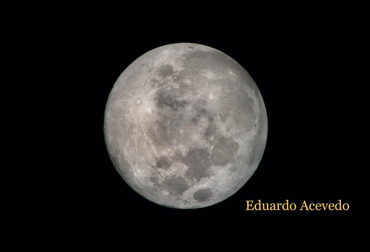#Noche de #Luna #Moon en la #CDMX sobre #PaseoDeLaReforma tomando #Fotos #AstroFotografia con #Cielo #Nublado con #BuenaCompañia #México #Celestron #Telescopio #Newtoniano