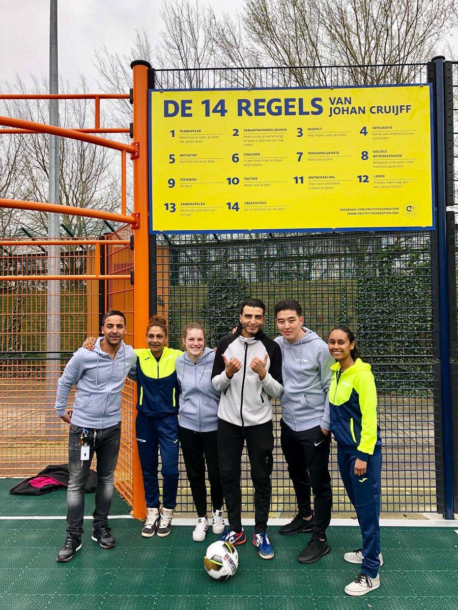 De Koppeling in Amsterdam is een veilige plek waar jongeren met gedragsproblemen aan hun toekomst werken. Juist voor deze jongens en meiden is sport een uitlaatklep. En vanaf nu kunnen ze dat op hun eigen Speciale Cruyff Court! #CreatingSpace https://bit.ly/2HLTH0G