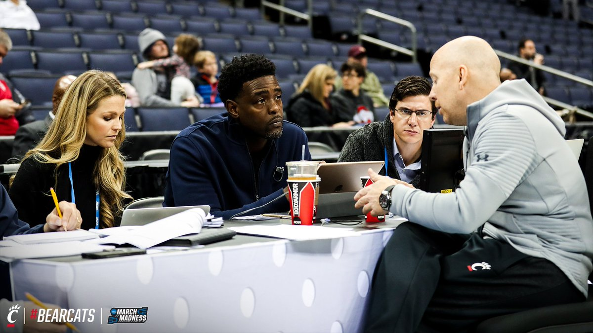 As the #Bearcats got shots up ahead of tomorrow's game, @CoachCroninUC chatted with @realchriswebber & @ALaForce.  #MarchMadness