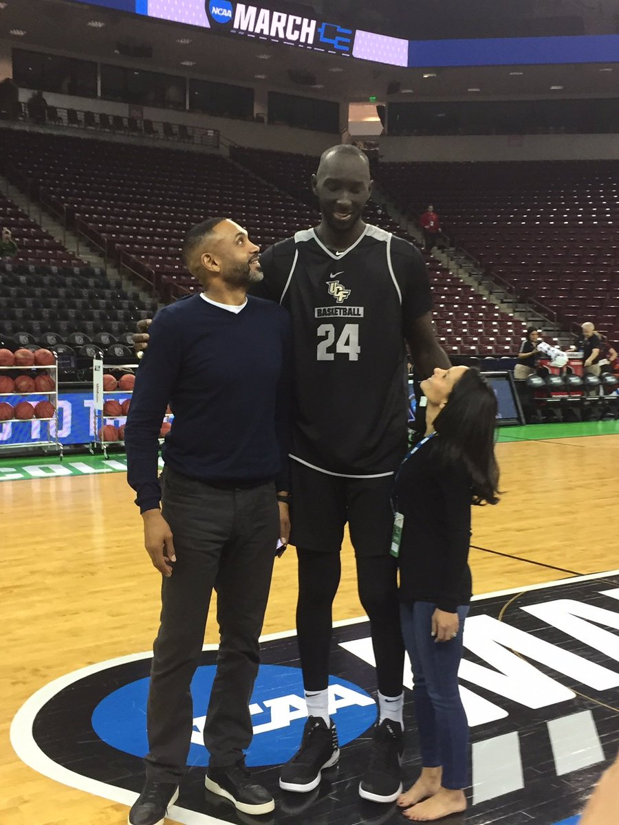 ¿Cuánto mide Tacko Fall? - Altura - Real height D2N0qQbXcAAlqeR