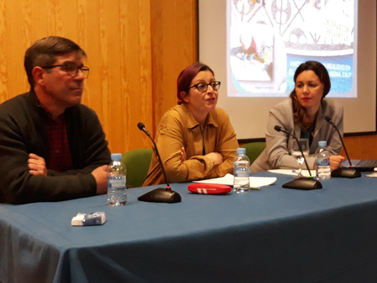 La directora del yacimiento de Baños de la Reina, Alicia Luján, junto a Carolina May y Eduardo López Seguí, de la empresa Alebus Patrimonio Histórico, ofrecen una charla sobre los trabajos desarrollados en  Baños de la Reina en los últimos meses.