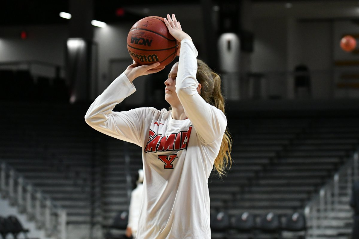 We&#39;re an hour from tip at Fifth Third Arena!  Pregame  from @RobertHayesPix   #GoGuins | #BeatUC<br>http://pic.twitter.com/HFc3pZJgk9