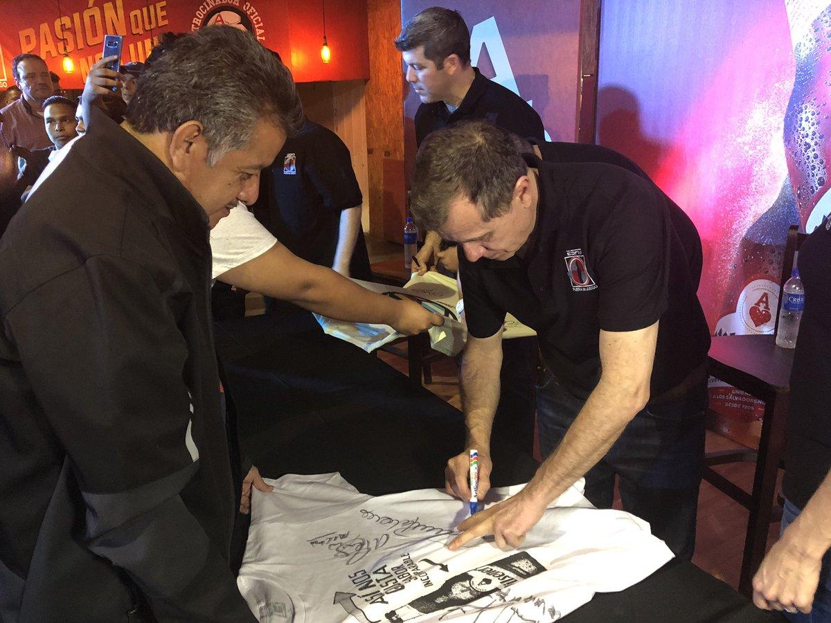 La firma de autógrafos durante la convivencia  @PilsenerSV  #ElSaborQueNosUne    #FDJELSalvador