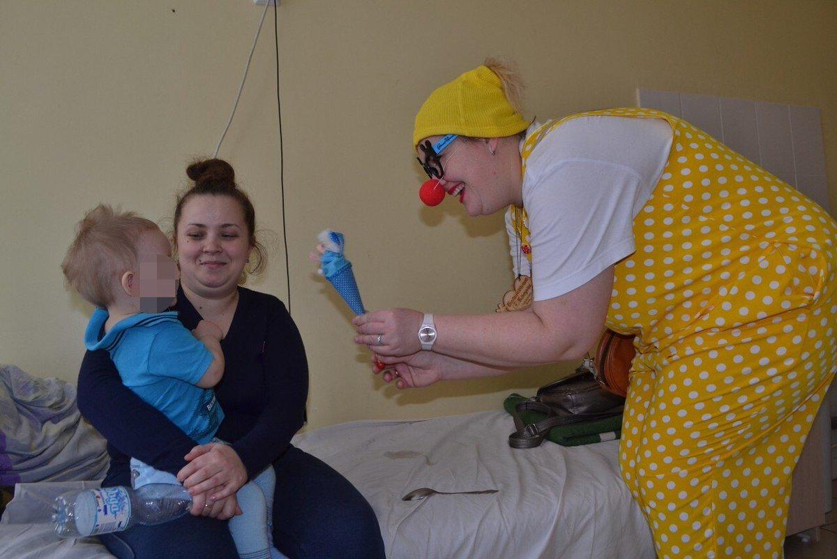 Маленьких пациентов областной больницы им. Ивановой   @SGDKB1 посетили  больничные клоуны -  яркие, смешные, добрые. Они  навещают  детей прямо в палатах, чтобы отвлечь их и порадовать #Самара #Самарскаяобласть #дети