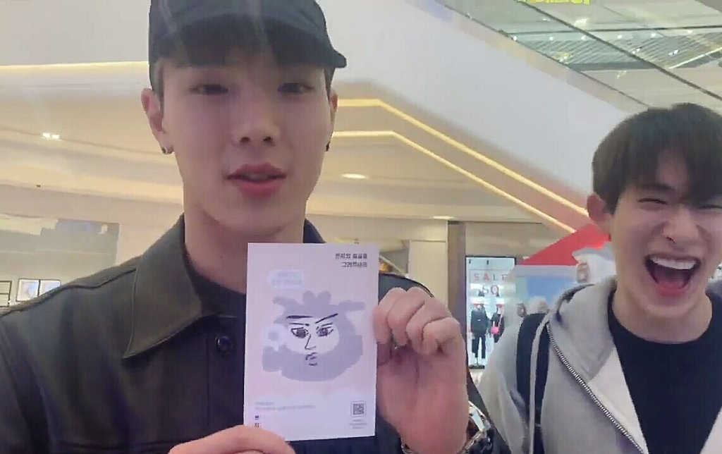 Wonho drew a cute mon.g then Shownu said he drew a mature flower boy mon.g wh cant stop laughing sn keep on proudly show his drawing  <br>http://pic.twitter.com/zDkk6GJ7XW