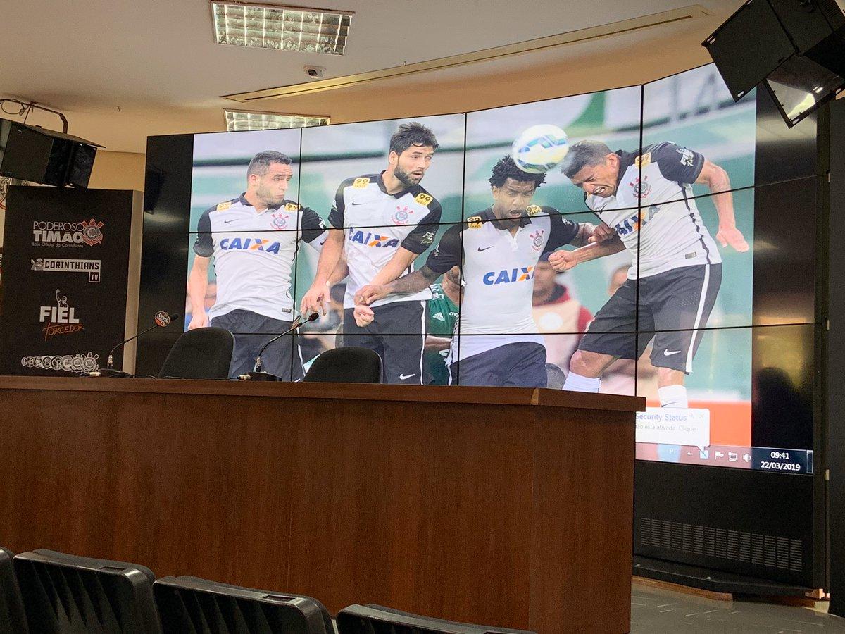 CT JOAQUIM GRAVA  Já esperando o palestrante desta manhã!  Renato Augusto, Felipe e Gil, ao lado do Ralf!  Saudades, torcedor?